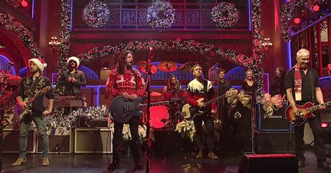 Foo Fighters Turn 'Everlong' Into Christmas Medley on 'SNL