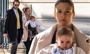 Drew Barrymore carries daughter Frankie on outing with